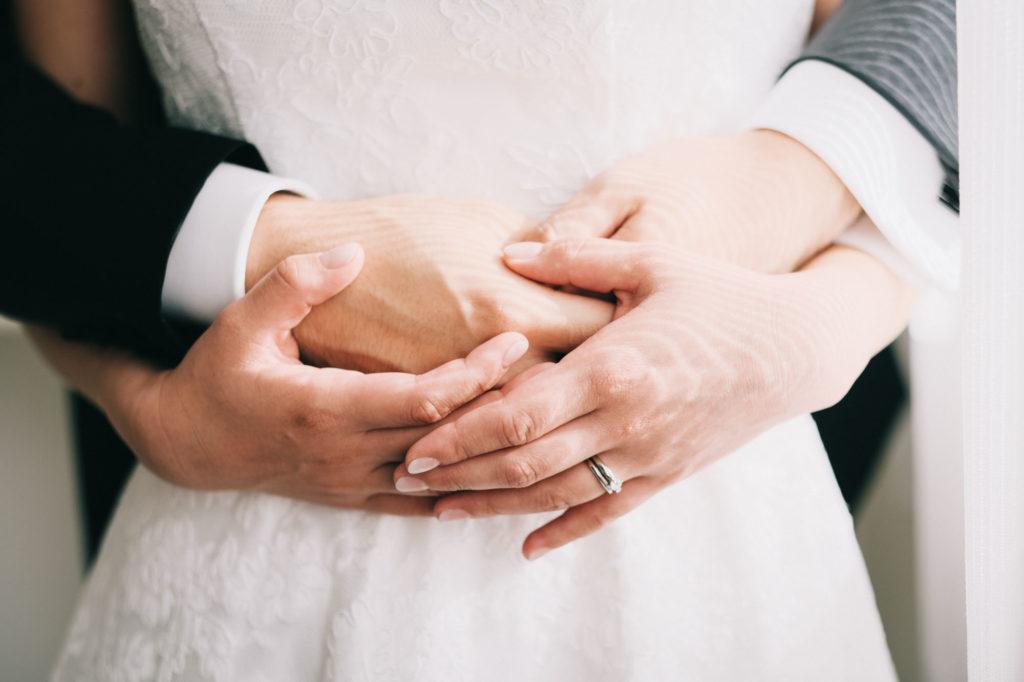 新郎と新婦の手