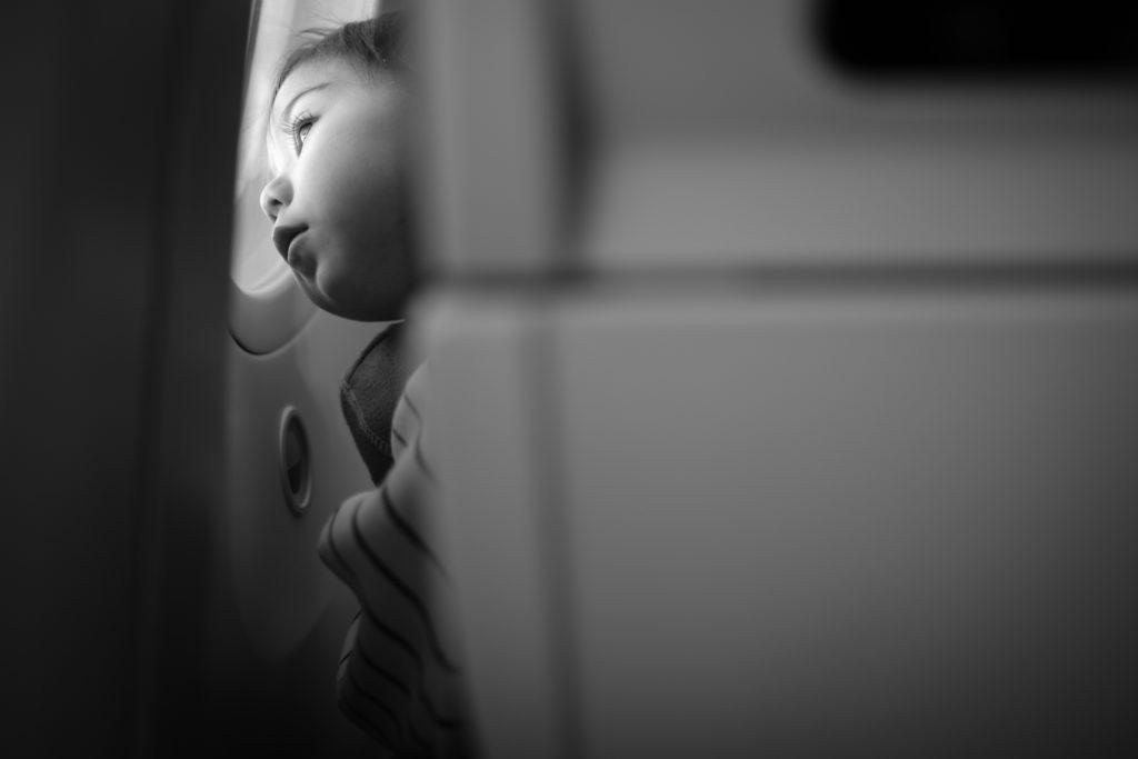 窓を眺める子供
